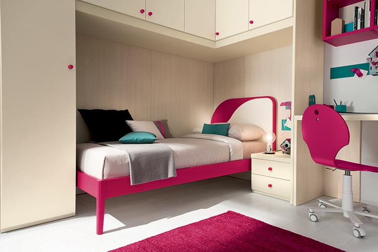 letto per cameretta con piedini in legno